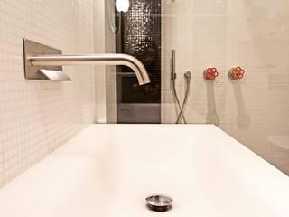 petite maison dans le quartier du marais: Salle de bains de style  par Agence KP