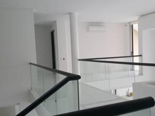 Puente comunicación segundo piso.: Vestíbulos, pasillos y escaleras de estilo  por Camilo Pulido Arquitectos
