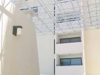 MODERNA FACHADA DE LA RESIDENCIA: Casas de estilo  por Inversiones Su Paraiso