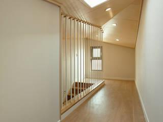 황금동주택 (Hwanggeumdong House) Pasillos, vestíbulos y escaleras de estilo moderno de 위빌 Moderno