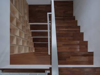 성석동 주택 (Seongseokdong House) Pasillos, vestíbulos y escaleras de estilo moderno de 위빌 Moderno