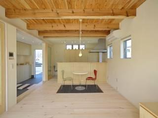 Salas de estar modernas por 有限会社 橋本設計室