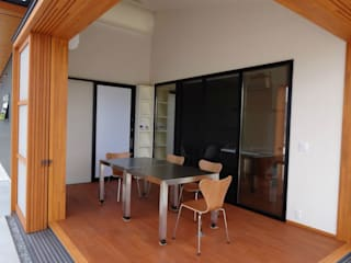 Salas multimídia modernas por 有限会社 橋本設計室