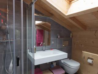 Soleya Salle de bain moderne par Chevallier Architectes Moderne Pierre