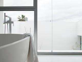 CABRÉ I DÍAZ ARQUITECTES Camera da letto minimalista