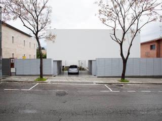 Fachada: Casas de estilo  de CABRÉ I DÍAZ ARQUITECTES