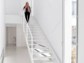 Escalera Pasillos, halls y escaleras minimalistas de CABRÉ I DÍAZ ARQUITECTES Minimalista