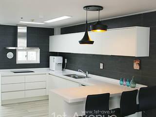 Cocinas de estilo moderno de 퍼스트애비뉴 Moderno