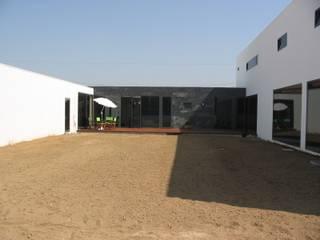 Casa da Ria: Casas modernas por Vasco Rodrigues, arquitecto