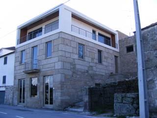 Reabilitação em Ponte do Abade: Casas modernas por Vasco Rodrigues, arquitecto