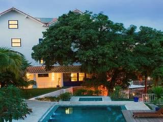 HOTEL SANTA TERESA | Piscina: Hotéis  por Tato Bittencourt Arquitetos Associados