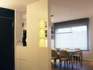 Entrance hall. Minimalist corridor, hallway & stairs by Daifuku Designs Minimalist