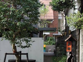 共同住宅「櫻館」の玄関につながる路地: モリモトアトリエ / morimoto atelierが手掛けた庭です。