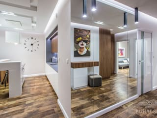 Pasillos, vestíbulos y escaleras minimalistas de PUHALSKA DESIGN Minimalista