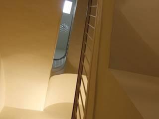 Reforma Integral en Caldetes Pasillos, vestíbulos y escaleras de estilo mediterráneo de Atres Arquitectes Mediterráneo