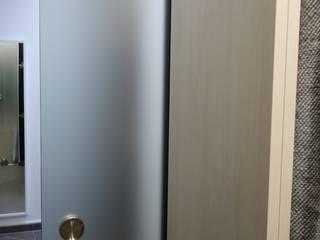 Elegante Schiebetüre in Satiniertem Glas mit Edelstahl Muschelgriff.:   von creativ-moebelwerkstaetten.de