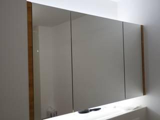 Spiegelschrank mit Beleuchtung, seitlich mit Passleisten in Bambus:   von creativ-moebelwerkstaetten.de