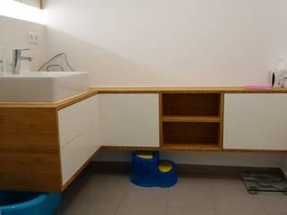 Badezimmermöbel in Bambus / Weis Lack und Spiegel:   von creativ-moebelwerkstaetten.de