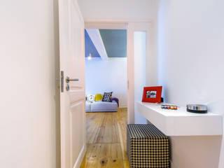 Espaço Mínimo Eclectic style corridor, hallway & stairs