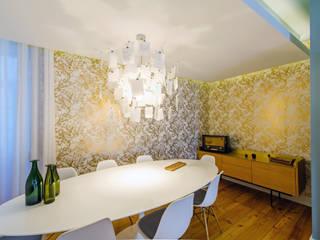 Salas de jantar ecléticas por Espaço Mínimo Eclético