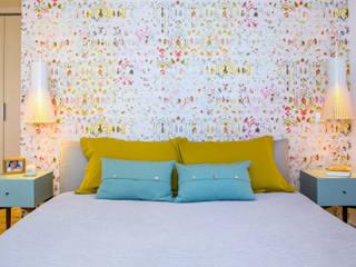 Camera da letto in stile  di Espaço Mínimo