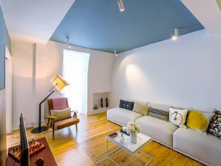 Salas de estar ecléticas por Espaço Mínimo Eclético