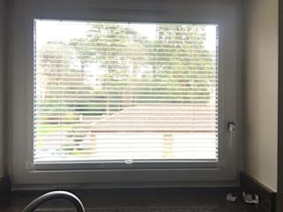 Perfect fit Venetian Blinds on Tilt and Turn Windows:  Living room by Ashley Blinds & Curtains