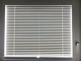 Venetian Blinds by Ashley Blinds & Curtains:  Living room by Ashley Blinds & Curtains