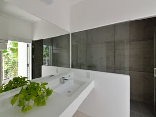 門一級建築士事務所 Modern style bathrooms Concrete White