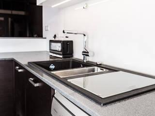 GRANMAR Borowa Góra - granit, marmur, konglomerat kwarcowy Cocinas de estilo moderno Cuarzo Metálico/Plateado