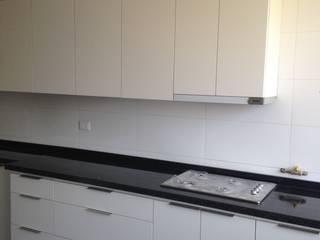 N.Muebles Diseños Limitada KitchenCabinets & shelves Chipboard White