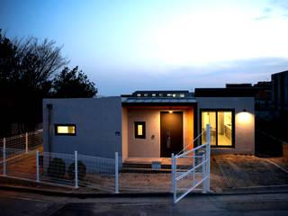 1억대로 짓는 중정을 품은 단층전원주택 모던스타일 주택 by 한글주택(주) 모던