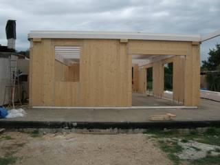 Villa unifamiliare: Case in stile in stile Moderno di Technowood srl