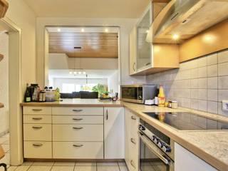 Reihenhaus in Sinsheim Moderne Küchen von Immobilienphoto.com Modern