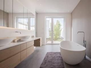 BPLUSARCHITEKTUR Minimalist style bathrooms