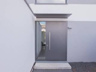 Haustür: minimalistische Häuser von BPLUSARCHITEKTUR