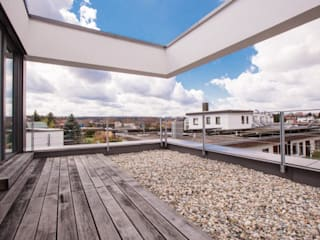 BPLUSARCHITEKTUR Balcone, Veranda & Terrazza in stile minimalista