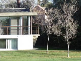 Vivienda Club de Campo Mendoza: Casas de estilo moderno por YANCARELLI - GOMEZ CODINA arquitectos