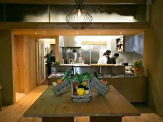 Pé d'Arroz - Vegetarian restaurant in Matosinhos, Portugal: Escritórios e Espaços de trabalho  por Arquitectura Sensivel,Minimalista