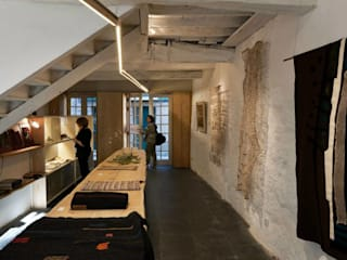 Arts & Crafts Centre Casa da Senhora Aninhas: Escritórios e Espaços de trabalho  por Arquitectura Sensivel,Minimalista