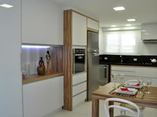 Modern kitchen by ROBERTA FANTON ARQUITETURA INTEGRADA Modern