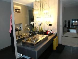 Apartamento - Restauro: Casas de banho  por Decorando - Inner Spaces,Moderno