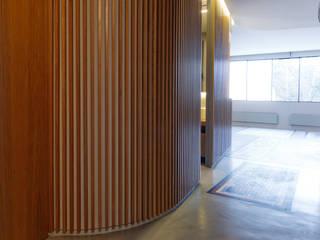 casa F Pasillos, vestíbulos y escaleras de estilo moderno de Ignacio Carbó -myarchitect- Moderno