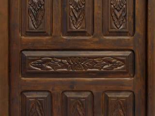Puerta antigua de castaño y pino tallada.:  de estilo  de Conely