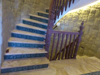 Classic style corridor, hallway and stairs by Grabados en Mármol S.L Classic