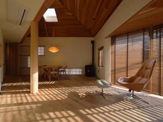 逗子の家: ダトリエ一級建築士事務所 LLCが手掛けたリビングです。