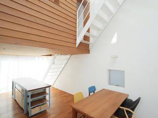 サンドイッチハウス: こぢこぢ一級建築士事務所が手掛けたダイニングです。