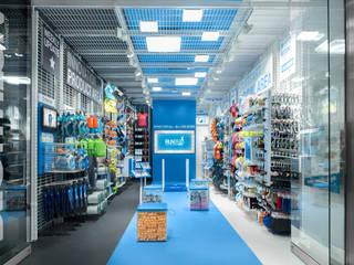 Decathlon auf 50qm:  Geschäftsräume & Stores von KPLUS KONZEPT GMBH