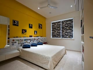 Residence Interiors at Mukundnagar, Pune:  Bedroom by Urban Tree,