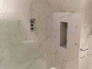 Walk-in shower with marble effect porcelain tiles: modern Bathroom by Porcel-Thin